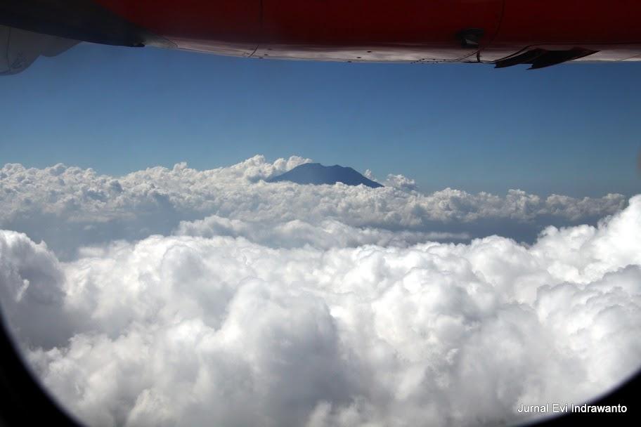 Gunung yang tenggelam dalam gumpalan awan