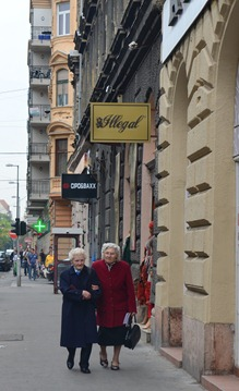 walking along Szondi Utca