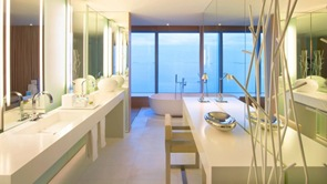 diseño-baño-de-lujo-blanco-minimalista