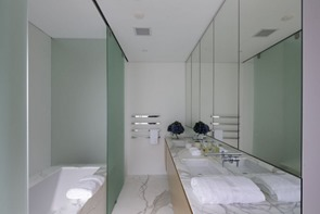 baño-de-diseño-minimalista-encimera-de-marmol