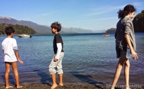 Crianças curtem lago Nahuel Huapi