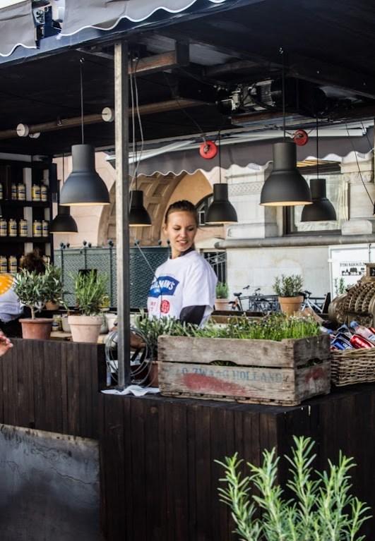 Grønne planter i fine rustikke kasser i pop-up-dineren - Mikkel Bækgaards Madblog