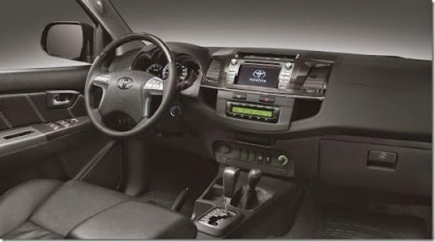 SW4 SRV AT 4x4 interior preto f02