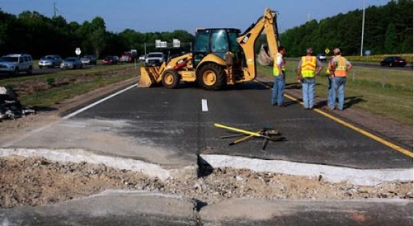 Uma rodovia em Cary, na Carolina do Norte, cedeu com o calor e teve que passar por reparos de emergência.