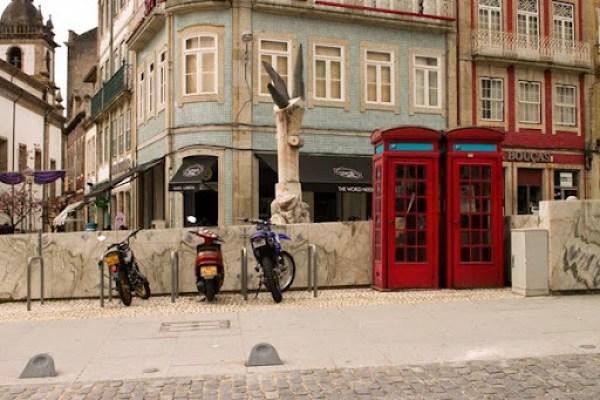 Estacionamento de bicicletas ocupado com motos em Braga