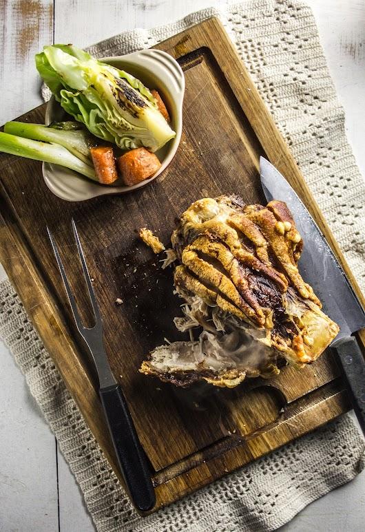 Langtidsstegt svineskank med sprød svær og braiserede gulerødder, spidskål og fennikel - Mikkels Madblog
