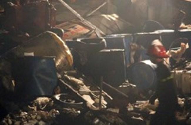 Những chai lọ, thùng hóa chất nằm vương vãi tại công ty phân bón Đặng Huỳnh sau vụ nổ. Ảnh: Duy Trần