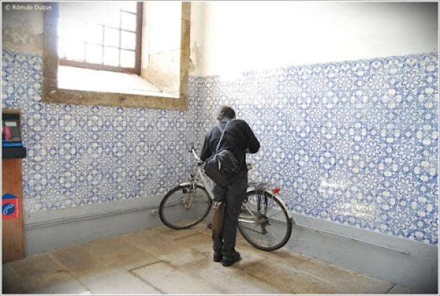 Estacionamento improvisado para bicicletas no interior da Câmara Municipal de Braga