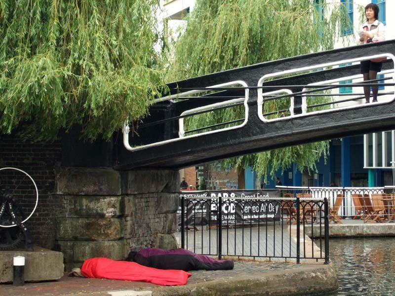 Puente sobre el Gran Canal en Camden Town Markets