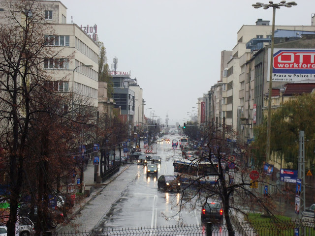 Gdynia, ul. 10 Lutego, widok z peronów kolejowych, w tle Molo Południowe
