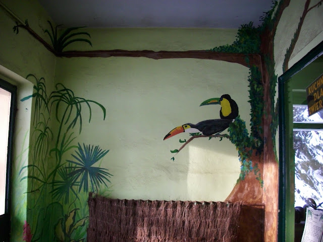 Malowidło ścienne z tukanami - póki co najlepszy element pawilonu małp człekokształtnych...