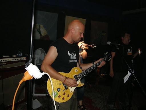 Képviselő Funky, guitarist, gitáros, Hlash, drFlash, punk, posztpunk, postpunk, Keleti Blokk Művészeti Egyesület Nappali klub Kibu 33,33-ik szülinapi ünnepség a Nappaliban. Az esemény alkalmából a szőnyegszínpad vendégei: Új Párduc, Flash, Dublorz. Kezdés kilenckor.  Keleti Blokk Eastern Bloc a néhai ELTE épület cím: 1145 Budapest, Ajtósi Dürer sor 19-21