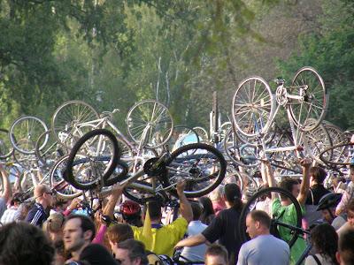 2010, bringás demonstráció, bringás sunák, Budapest blog, CM, Critical Mass, fotók, Föld Napja, Kritikus Tömeg, képek, pictures, tüntetés