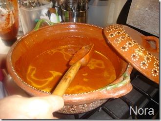 Añade caldo o agua y deja hervir hasta que reduzca