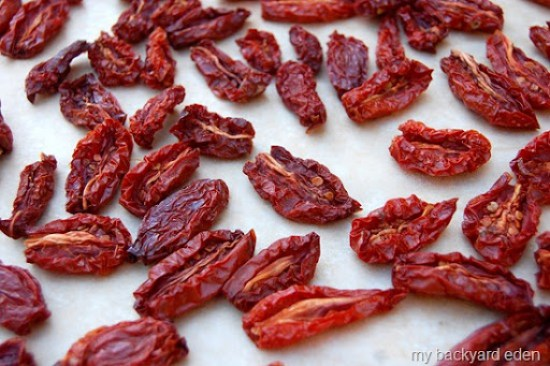 What an easy way to keep the taste of summer all year long!  Great tutorial for DIY homemade sun dried (oven dried) tomatoes!