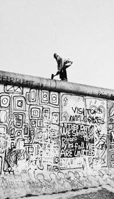 Nel 1975 il canadese John Runnings tentò di abbattere il muro con un martello ma fu ferito dai proiettili delle guardie sovietiche.
