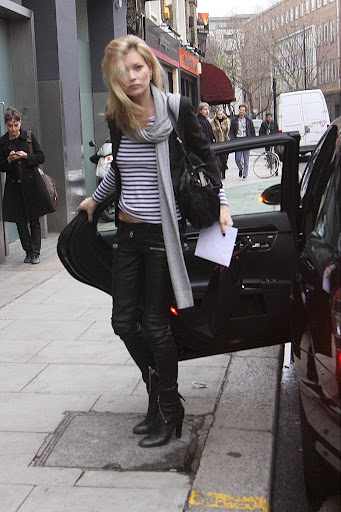 42171_Preppie_-_Kate_Moss_leaves_home_and_heads_to_Alexanda_McQueen_and_then_shops_in_London_-_Dec__9_2009_212_122_969lo