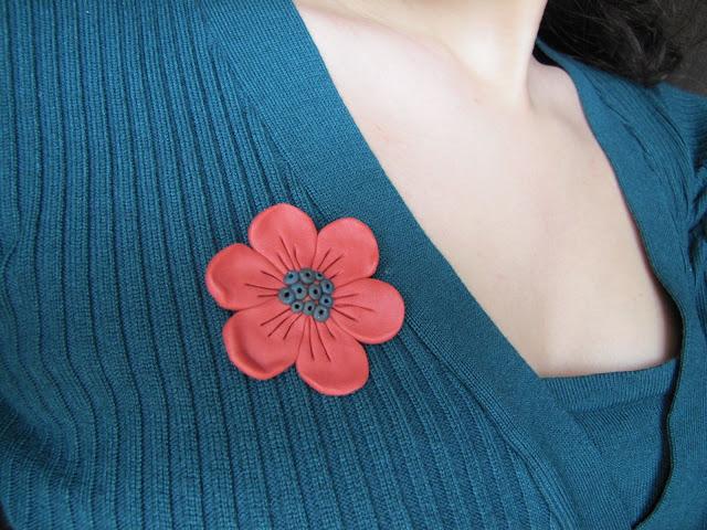 Floricele caramizii - cercei cu surub si brosa handmade din Fimo