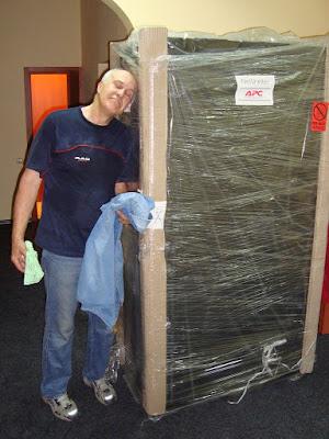 Вот этот шкаф мы затащили на 3й этаж. Рост дяди Саши 192 см :)