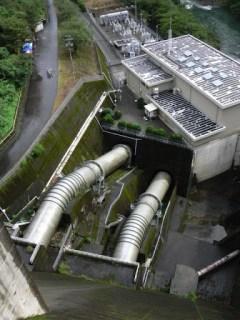 エレベーターの踊り場より下流の発電所を望む