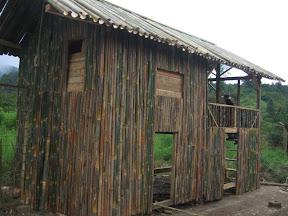 Dipotret dari luar. Tampak susunan dinding terbuat dari bambu.