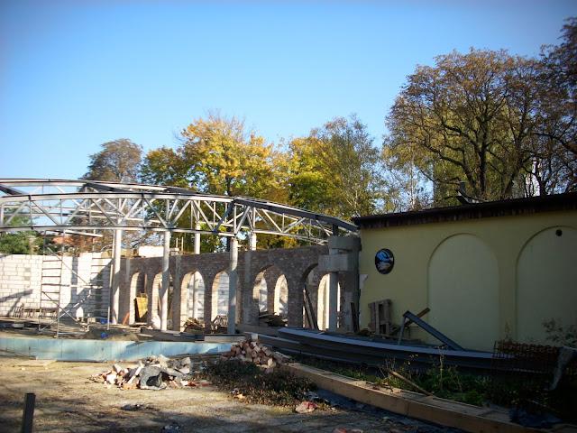 Pawilon zwierząt zmiennocieplnych w Starym ZOO w budowie - widok od strony Akwarium (po prawej)