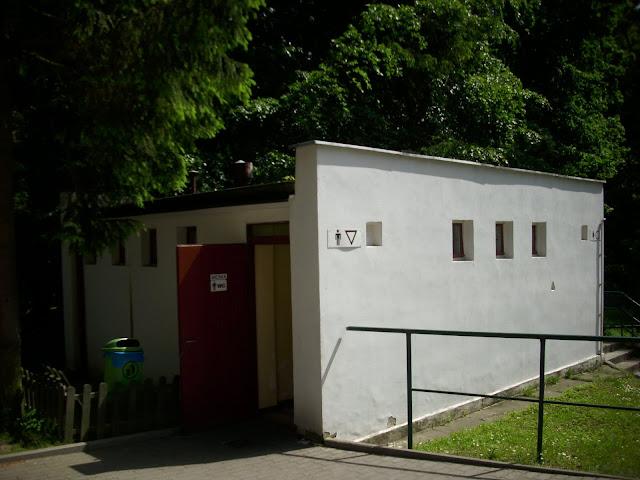 Toaleta przy budynku małpiarni