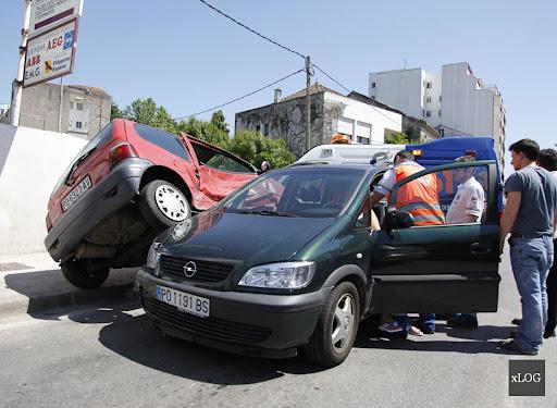 Accidente automovilístico en el cruce de Rosalia de Castro con Concepción Arenal, Vilagarcia de Arousa