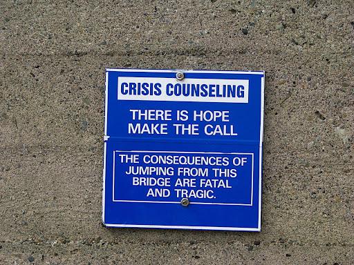 Aconselhamento para Crises - Existe esperança, faça a chamada - As consequências de pular desta ponte podem ser fatais e trágicas