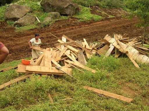 Miles de personas desplazadas con sus derechos conculcados por el Estado Panameño perderán todos sus bienes colectivos y tendrán que hacer una nueva vida en otro lado. AES Corporation ha destruido a la fuerza las casas de quienes se reusan a abandonar el área