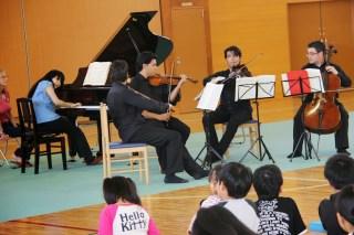 Cuarteto Libertadores junto a Mami Hagiwara tocando para los niños del núcleo de Fukushima