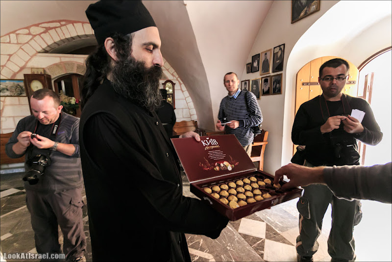 "Монастырь Мар Саба, монах Феоктист угощает конфетами ""Вечерний Киев"""