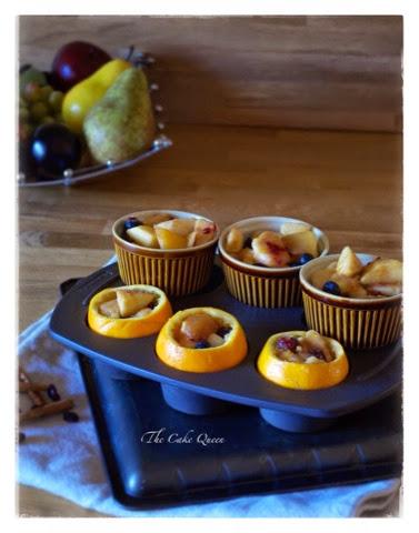 Cobbler de frutas en naranjas y moldes individuales