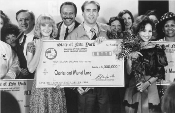"""Nicolas Cage posa con su cheque premiado en """"Te puede pasar a ti"""""""