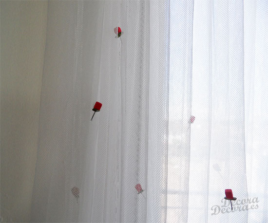 Decorar cortina con rosas.