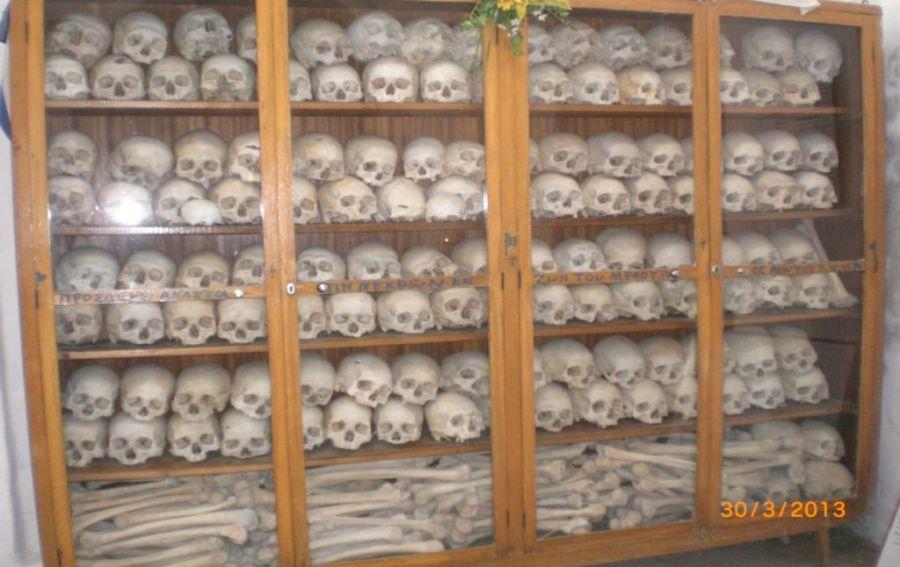 Nea Moni manastırındaki kemikler ve kafatasları