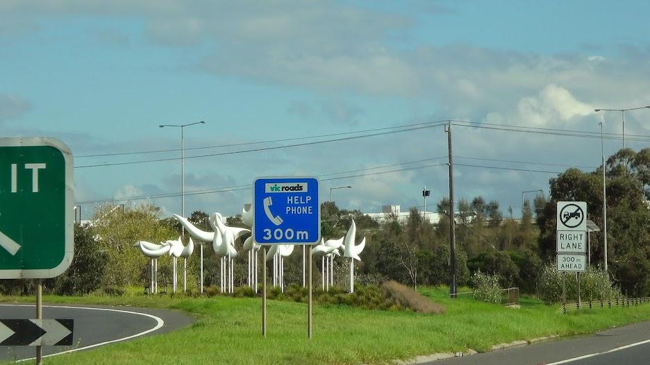 Знак о наличии аварийного телефона в трехстах метрах и немного австралийской скульптуры на заднем фоне