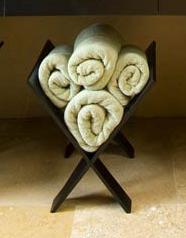 Guardar y ordenar las toallas en el baño.
