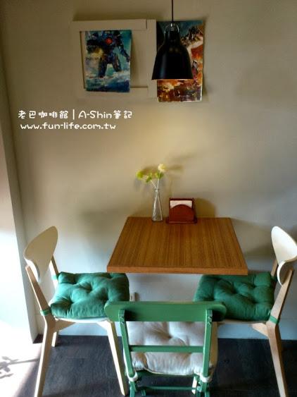 老巴咖啡館很貼心地在椅子上附上椅墊