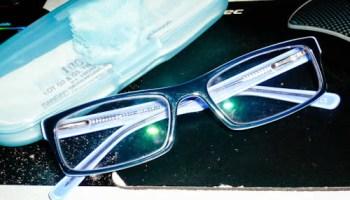 cermin mata bingkai biru