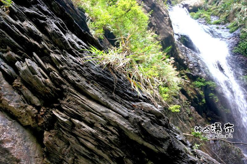 神山瀑布旁的頁岩層