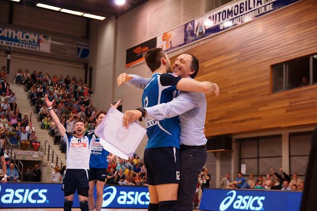 trainer en speler vallen elkaar in de armen na gewonnen match