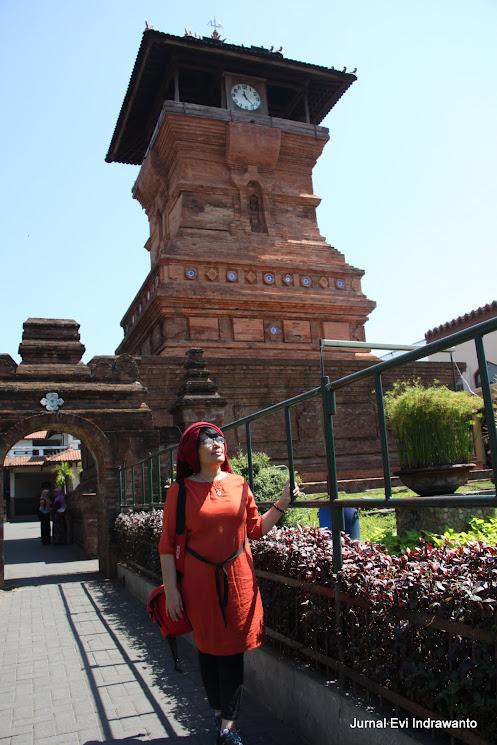 berpose di depan menara kudus