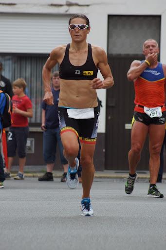 aankomst Ilse Geldhof in 3e Krottegemse Corrida, stratenloop