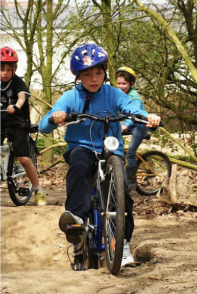 schoolkinderen mountainbiken