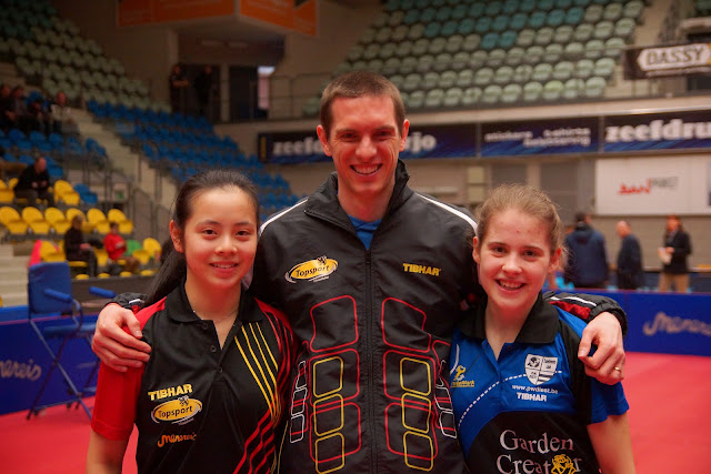 trotse coach bij de winnende meiden van het BK tafeltennis dames dubbel