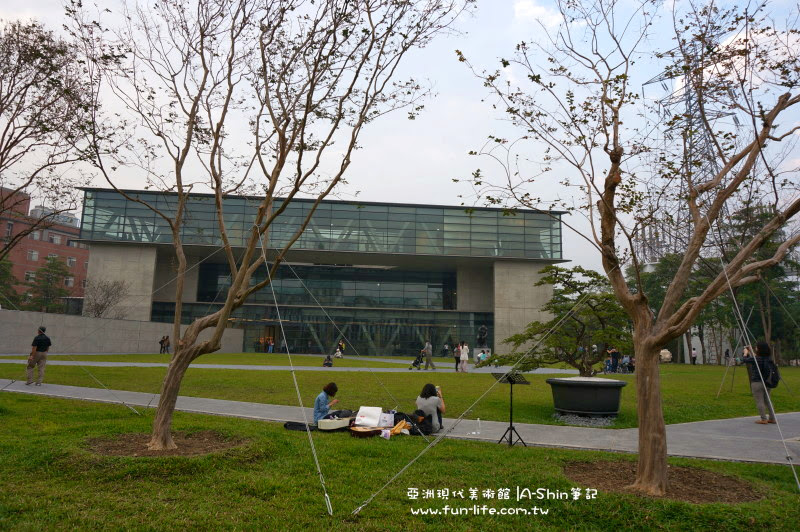 亞洲現代博物館旁草皮挺大
