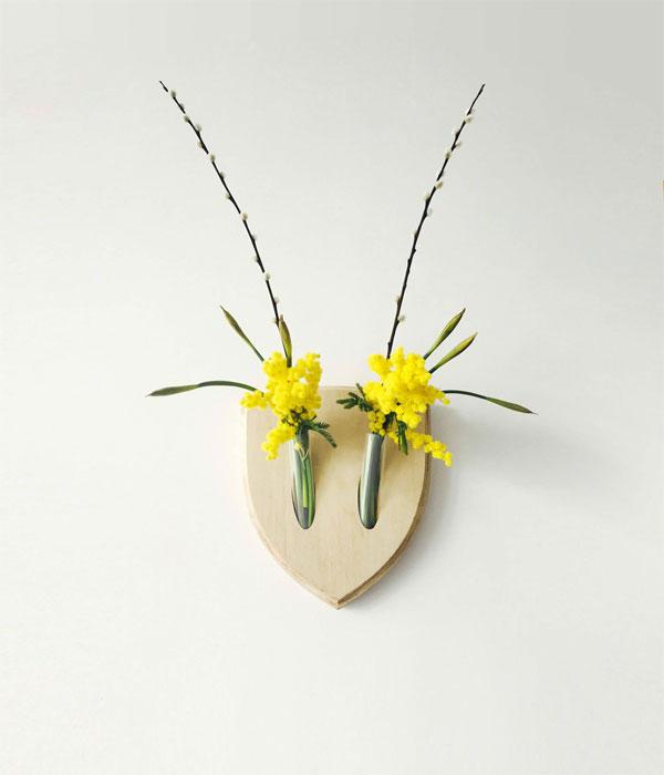 Decorar paredes con trofeos con flores