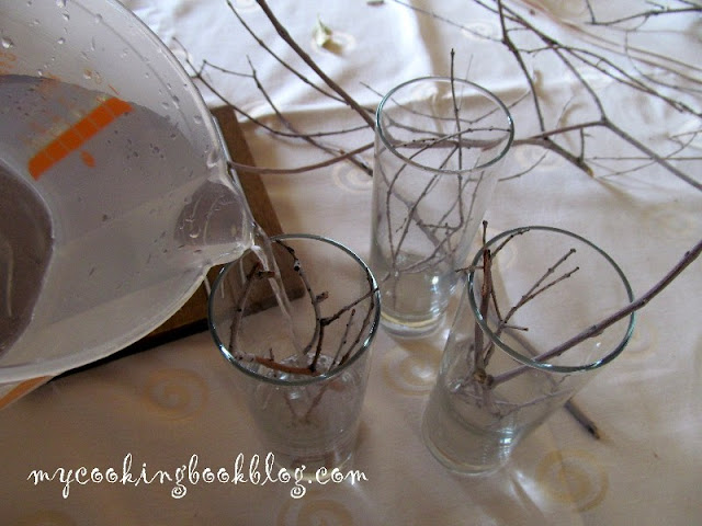 Лесна декорация с плаващи свещички и сухи клони