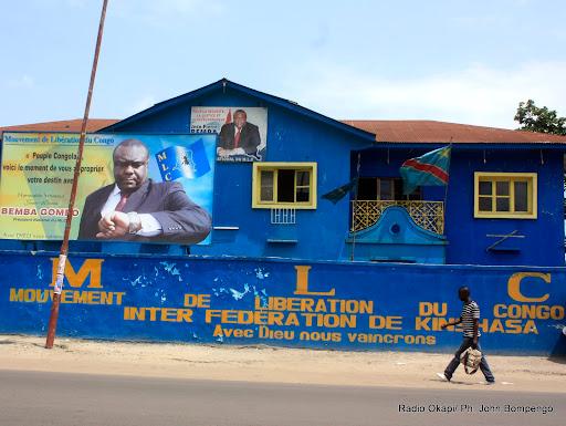 Un homme passe devant le siège du MLC ce 17/03/2011 à Kinshasa. Radio Okapi/ Ph. John Bompengo